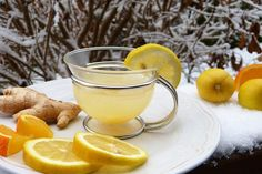 Health benefits of Lemon Tea with honey, ginger or other lemon tea recipes and how to make lemon iced tea. Drink lemon tea for weight loss, cold or flu. Cabbage Varieties, Homemade Ginger Ale, Health Benefits Of Ginger, Water Benefits, Troubles Digestifs, Ginger Drink, Eating At Night, Natural Yogurt, Acide Aminé