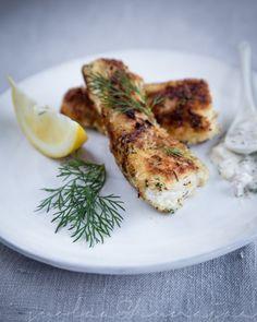 kalapuikot suolaajahunajaanoin 600 g vaaleaa kalaa esim. turskaa, haukea tai kuhaa (noin 200 g/hlö) 2 kananmunaa 1 dl vehnäjauhoja 2 dl pankojauhoja 1/2 tl suolaa 1/2 tl valkopippuria muutama ruokalusikallinen silputtua tilliä ja ruohosipulia
