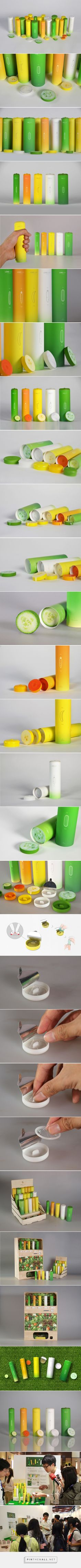 Determine your size just by holding the packaging! Love Guide Condoms concept designed by Guan-Hao Pan - http://www.packagingoftheworld.com/2015/08/love-guide-condoms-student-project.html