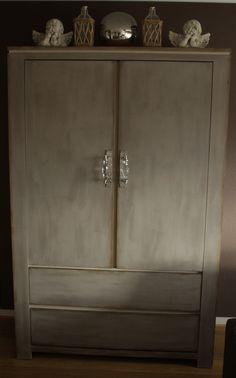 Hallo mensen dit is het resultaat van onze meubels na een behandeling met Annie Sloan krijtverf French linen en clearwax en daarnaa een vleugje darkwax we hebben de kasten ook voorzien van deurgreepjes.....zelf erg tevreden !!!! Groetjes Johann