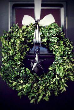 #Christmas #wreath black silver ToniK Ðℯck Ʈհe HÅĿĿs #DIY #crafts greigedesign.blog...