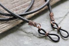 Portaojos de cuero trenzado rústico cadena de gafas para   Etsy Leather Lanyard, Leather Cord, Leather Men, Black Leather, Eyeglass Holder, Chains For Men, Braided Leather, Mens Sunglasses, Sunglasses Holder
