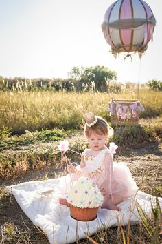 smash cake baby pictures, first birthday pictures, hot air balloon photo prop, hot air balloon DIY, cupcake smash cake, hot air balloon photo prop