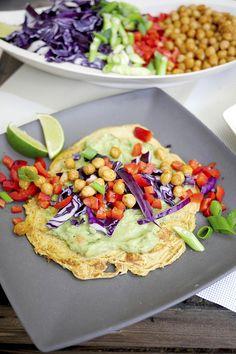 Ich habe euch ein suuuper leckeres und gesundes Rezept für Kichererbsenmehl-Wraps mit Guacamole und buntem Gemüse mitgebracht.