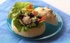 Pan bagnat alla nicoise: un gustoso abbraccio tra insalata nizzarda e dell'ottimo pane casereccio. Uno scrigno di vitamine e una perla di gusto.  Scopri la ricetta...