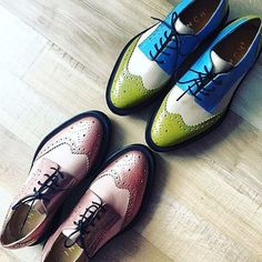 A pair of handmade women's Derby Full-Brogues. This Citrine & Blue color model has neat waxed laces, classic wingtip perforations and round toecap. Sock Shoes, Shoe Boots, Brogues, Loafers, Baskets, Kinds Of Shoes, Powder Pink, Dream Shoes, Vintage Shoes