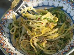 Zucchini Noodles Aglio et Olio--making zucchini noodles is so easy and REALLY cuts the calories!  #zucchini #noodles