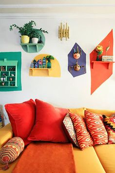 Colorful Retro Living Room With A Yellow And Red Sofa And Bright Touches Buntes Retro Wohnzimmer mit einem gelben und roten Sofa und hellen Noten, Retro Living Rooms, Living Room Decor, Bedroom Decor, Wall Decor, Diy Wall, Living Room Red, Design Bedroom, Bedroom Wall, Dining Room