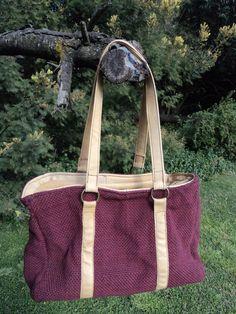 Cartera bordó con terminación en cuero color camel y forrada con tela de tapicería