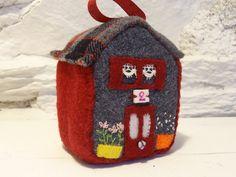 Jouet ou décoration, petite maison en patchwork à poser ou à suspendre. N°2…
