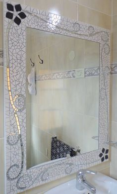 This would be cool if u did your sea glass and stones for your bathroom Mosaic Tile Art, Mirror Mosaic, Mosaic Crafts, Mosaic Projects, Mosaic Glass, Mosaics, Stained Glass Patterns, Mosaic Patterns, Mirror Crafts