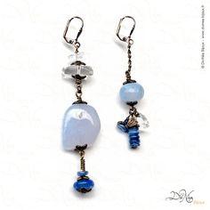Solitaire (Boucles d'oreille asymétriques)    Matières : Calcédoines bleues, Cristal de roche, pierre, laiton vieilli    DiviNéa Bijoux sur http://www.divinea-bijoux.fr & http://www.facebook.com/divinea.bijoux.fr