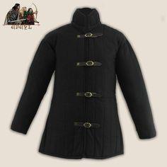 Gambeson medieval de manga larga color negro, para llevar bajo la cota de mallas o armadura. Da protección y comodidad.