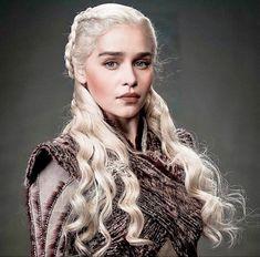 Game Of Thrones Poster, Watch Game Of Thrones, Game Of Thrones Art, Khaleesi Costume, Emilia Clarke Daenerys Targaryen, Got Costumes, Woman Power, Alien Art, Wonder Women