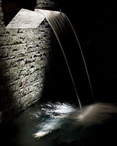Wellness Bereich mit Wasserfall und Wandplatten aus Valser Quarzit