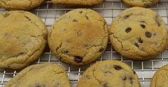 Εξαιρετική συνταγή για Cookies αφράτα σαν αγοραστά!. Τα γνωστά σε όλους μας πλέον chocolate chip cookies, μαστιχωτά, μαλακά υπέροχα σαν τα έτοιμα ένα πράγμα μόνο που τα εύσημα θα είναι μόνο για εσάς! Δοκιμάστε τα, είναι εύκολα και πεντανόστιμα.  Λίγα μυστικά ακόμα  Τα υλικά δεν θέλουν πολύ χτύπημα είτε στο μίξερ είτε στο χέρι. Όσο πιο πολύ ανακατεύουμε τόσο πιο πολύ σφίγγει το μείγμα και δεν το θέλουμε αυτό!Η σοκολάτα μπορεί να είναι ό,τι θέλετε εσείς. Συνδυασμός γάλακτος με μαύρη… Cake Cookies, Nutella, Delicious Desserts, Biscuits, Recipies, Muffin, Food And Drink, Cooking Recipes, Sweets