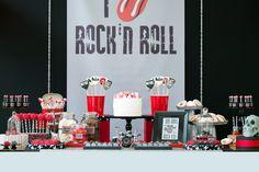 Aniversário com tema rock n'roll traz bateria, mini palco, tags personalizadas e disco de vinil e muita música para a decoração
