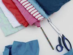 Tutoriale DIY: Cómo hacer una alfombra de trapillo con camisetas viejas vía DaWanda.com
