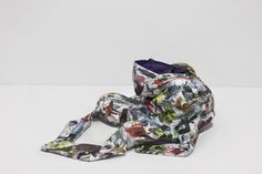 Il corpo e il suo svuotamento: Ryan McNamara in To Be Titled (Back Bend), un'opera del 2012 riflette sul ruolo della moda e della rappresentazione di sé. La sua uniforme in plastica è esposta a Miart, quasi fosse un manichino disarticolato, come una piccola ma significativa installazione nello stand di Brand New Gallery di Milano.