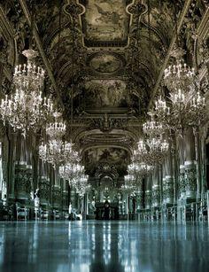 Les lustres à pampilles rendent les maisons encore plus luxueuses... Les Artisans du Lustre fabriquent sur mesure tout type de lustre baroque à pampilles: www.i-lustres.com