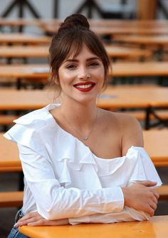 Andrea Duro talks about her ex, 'Chicharito', and confesses which man she would like to marry - Ingrid Hair Style Expert Long Hair With Bangs, Haircuts For Long Hair, Brown Blonde Hair, Brunette Hair, Fringe Hairstyles, Hairstyles With Bangs, Zooey Deschanel Hair, Medium Hair Styles, Curly Hair Styles