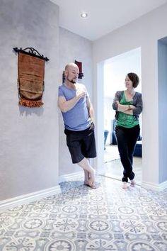 «Dette er jo som å komme til et hotell! Tiled Hallway, Patchwork Tiles, Tiling, Vinyl Flooring, Tile Floor, Home Improvement, Kids Rugs, Bathroom, Heart