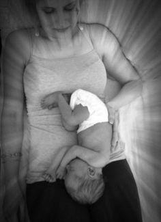 newborn foto van ons derde kindje vlak na de geboorte in zijn favoriete houding tijdens de zwangerschap