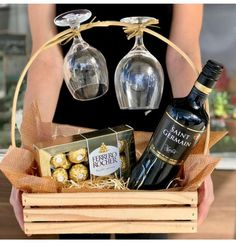 Diy Christmas Gifts For Friends, Christmas Gift Baskets, Valentine Gifts, Holiday Gifts, Creative Gift Baskets, Wine Gift Baskets, Creative Gifts, Summer Gift Baskets, Housewarming Gift Baskets