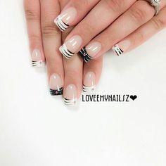 Black and white striped nailart #nailart #nails #black #white #stripe