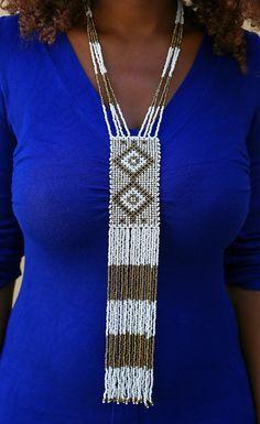 """Collier Maasaï en perles de rocaille façon cravate. Vous vous démarquerez avec ce beau bijou Africain inspiré du peuple de guerrier le plus connu d'Afrique """"Les Maasaï"""".  Osez la mode Africaine. Blood And Bone, Beaded Necklace, Beaded Bracelets, Zulu, Loom, Beading, Children, Inspiration, Jewelry"""