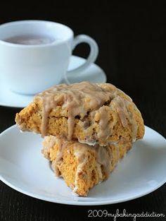 A copycat recipe for Starbuck& most famous Autumn scone - Pumpkin Cinnamon Chip Scones. Cinnamon Chip Scones, Pumpkin Scones, Cinnamon Chips, Pumpkin Spice, Canned Pumpkin, Yummy Treats, Yummy Food, Sweet Treats, Delicious Desserts