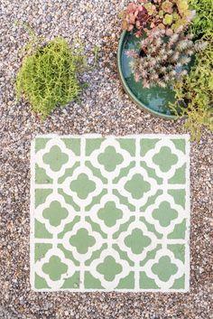 DIY Anleitung für selbstgemachte upcycling Betonfliesen im marokkanischen Look mit Betonfarbe und Waschbetonplatten als dekorative Gehwegplatten für den Garten