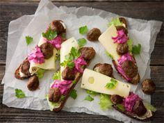 Lihapulla-juustoleipä - Välipalaleivästä tulee ruokaisampi, kun päälle lisää halkaistuja lihapullia http://www.valio.fi/reseptit/lihapulla-juustoleipa/