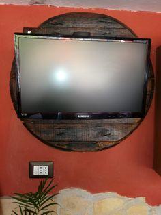 Tv led su vecchio coperchio di botte in rovere