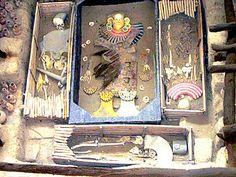 Señor de Sipán - El ataúd de madera en que se halló, fue el primero en su tipo que se encontró en América y reveló la magnificencia y majestuosidad del único gobernante y guerrero del antiguo Perú encontrado hasta la fecha de su descubrimiento, cuya vida transcurrió alrededor del año 250 de la era actual.