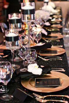 Boda vintage Arte Deco decorada con colroes, negro, dorado y blanco, como el ejemplo de esta mesa. ¿Te apuntas a una boda con esta paleta de colores? #PlaneadoresDeBodasCali