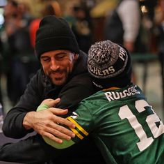 This photo is so sweet Best Football Team, National Football League, Aaron Rogers, Rodgers Packers, Rodgers Green Bay, Green Bay Packers Fans, Go Pack Go, Football Conference, American Football