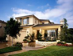 Фото красивого штукатурного дома желтого цвета в средиземноморском стиле