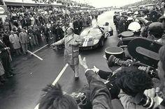 1966 24 Hours Le Mans : Bruce McLaren & Chris Amon, Ford GT40 Mk2, Shelby American Inc, Winners. (ph: imgur.com)