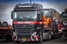 #Mammoet Road Cargo. De laatste #Actros truck, met BigSpace-cabine, is onder meer uitgerust met Lane Assist, Predictive Powertrain Control (PPC), automatische afstandsregeling en Active Brake Assist 4 (ABA4).