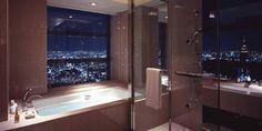 Tokyo Suite,  Park Hyatt, Tokyo: vanuit elke hoek van de badkamer heeft u zicht op een plasmascherm mocht u zin hebben om een filmpje mee te pikken. Voor een nauwkeurig beeld van de badkamers, kijkt u nog eens naar Lost in Translation.