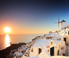 Sunset in Santorini , Greece Most Romantic Places, Beautiful Places, Places In Europe, Romantic Getaway, What A Wonderful World, Greek Islands, Dream Vacations, Wonders Of The World, French Polynesia