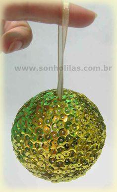 bola de natal com lantejoula