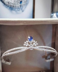 Falling in love with the blue. Josephine Aigrette Impérial centre Sapphire tiara, available at Chaumet London New Bond Street Royal Crowns, Royal Tiaras, Royal Jewels, Tiaras And Crowns, Crown Jewels, Cute Jewelry, Hair Jewelry, Jewelry Sets, Jewelry Accessories