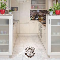A tükörfényű akril ajtófrontok, a lakberendezésben egyre nagyobb teret hódító Swarovski kristály fogantyúk és a valódi kőlap együttes használatával érhető el az igazán prémium hatás. House Design, Alcove Bathtub, Alcove, Bathroom
