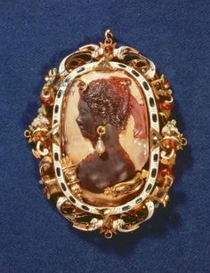 Cameo bearing the profile head of the goddess Diana, with a drop-pearl earring, the gilt frame decorated with semi-precious stones and white and blue enamel - Austrian School