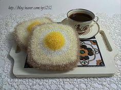 입체형으로 동그란 달걀을 식빵에 얹어 재미있게 한번 만들어 봤어요. 양면 뜨기로 한 번에 뜰 수 있는 에... Crochet Kitchen, Crochet Projects, Knit Crochet, Free Pattern, Knitting Patterns, Diy And Crafts, Bubbles, Handmade, Table Runners