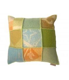 kussenhoes van wollen dekens in groen/ blauw/ oker kleurstelling. Deze hoes sluit met een knoop aan de achterzijde en is 50-50 cm. De prijs is exlusief binnenkussen. Dit kan voor 5euro meegeleverd worden.