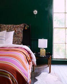 Luz natural, plantas, roupa de cama linda e um bom livro na mesa de cabeceira são pontos em comum nestes lindos quartos.