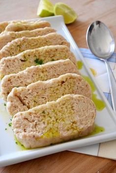 polpettone di tonno e patate:●500 gr di patate ●240 gr di tonno sottolio sgocciolato ●2 cucchiai di parmigiano grattugiato ●1/2 cucchiaino di sale ●1 pizzico di pepe ---Per il salmoriglio:--- ●5 cucchiai di olio EVO ●1/2 limone ●1 pizzico di sale ●1 pizzico di pepe nero ●1 ciuffetto di prezzemolo tritato finemente